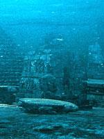 Голова человека возле пирамиды на океанском дне