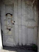 Мраморная дверца гробницы с железной ручкой. Помпеи