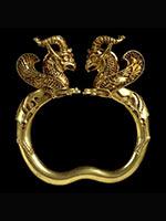 Золотой браслет с фигурками орлиных грифонов на концах из Амударьинского клада