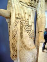 Свастика на Статуе молодой женщины (kore) в хитоне (peplos), ок. 5-6 в. до н.э.