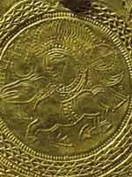 Свастика на золотом скандинавском брактеате (монете) 5 в.
