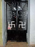 Свастика на воротах жилого дома