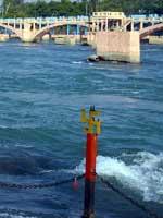 Ограда на реке Ганг со свастикой