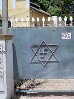 Свастика и Звезда Велеса на воротах жилого дома