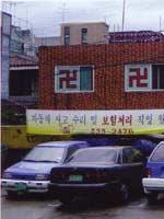 Свастика на окнах жилого здания