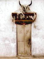 Свастика на входе в тибетское святилище