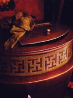 Свастика на священном тибетском сосуде