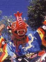 Свастика на танцоре на празднике Бон