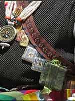 Свастика на костюме тибетской женщины