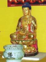 Свастика на груди Будды и в орнаменте на сосуде, Япония