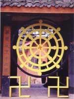 Свастика на входе в буддийский храм, Япония