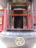 Свастика на сосуде для благовоний у входа в храм, Япония