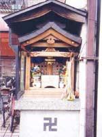 Свастика на уличной святыне, Япония