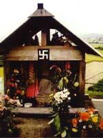 Свастика на святилище около дороги, Япония