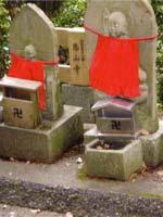Свастика на маленьких буддийских святынях, Япония