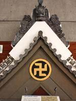 Свастика и трискелион на навершии синтоистского храма, Токийский музей