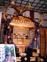 Свастичный орнамент внутри синтоистского храма