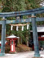 Трёхлучевая свастика на воротах синтоистского храма