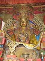 Трёхлучевая свастика и коловрат на Будде в Эрдени-Дзу старейшем действующем буддийском монастыре Монголии (построенном в 1587 году)