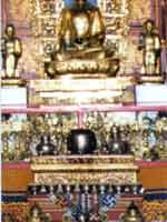 Свастика (внизу) в интерьере буддийского храма. Монголия