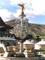 Ханский дворец и серебряное дерево в Каракоруме в представлении художника XVIII в. Современная реконструкция по описанию Плано Карпини внешнего вида дерева. Уланбатор, отель «Монголия», 2006 г.