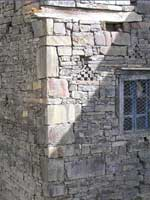 Резной камень со свастикой в кладке жилого дома, Дагестан