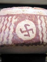 Свастика на бутылке, найденной на месте индейской деревни XV века близ Карсона (штат Миссисипи)