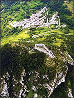 Сторона монсегюра, на которой находился Карьер – вход в туннель. Иллюстрация из книги Светланы Левашовой «Откровение»