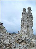 Странные «статуи» мужчины и женщины в современном замке Уссон