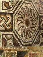 Мозаика со славяно-арийскими символами в Мотро (Montreal), юго-запад Франции