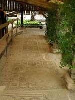 Мозаика со славяно-арийскими символами в Монтобане (Montauban), юг Франции