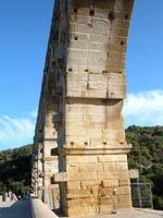 Акведук Pont du Gard в Ниме (Nimes), юг Франции