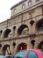 Акведук в городе Севилья (Sevilla), юг Испании