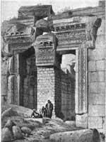 Храмовый комплекс, Баальбек. Храм Бахуса. Вход со свастичным орнаментом