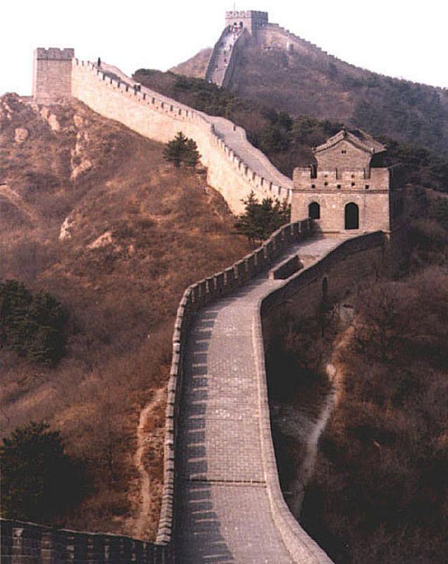 Видно что высота стены разная - и куда смотрят бойницы