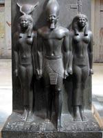 Царь Менкаура с богиней Хатхор и покровительницей нома. 25 в. до н.э. Каир, Египетский музе