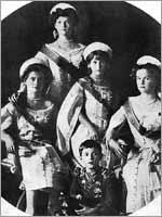 Дочери Николая II в придворном костюме