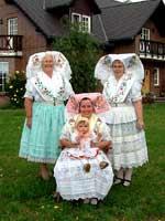 Девушки в праздничных костюмах лужицких сербов