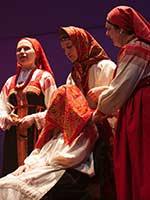 Фольклорный ансамбль Московской консерватории демонстрирует фрагмент свадебного обряда: плач невесты