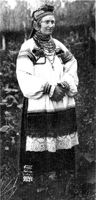 Молодая женщина в праздничном костюме.  Воронежская обл.  1928г