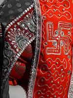 Деталь индийского свадебного наряда со свастикой
