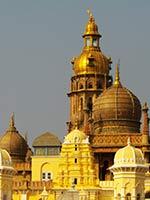 Луковицеобразные купола индуистского храма в Мисоре (Mysore)