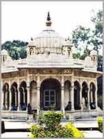 Луковицеобразные купола индуистского храма Шивы в Варанаси (Varanasi)