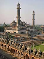 Луковицеобразные купола на дворце Бара Имамбра (Bara Imambara) в Лукнове, Уттар Прадеш (Lucknow, Uttar Pradesh)