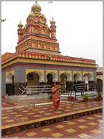 Луковицеобразные купола индуистского храма Парвати в Пуне (Pune, Maharashtra)