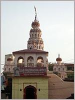 Луковицеобразные купола индуистского храма Ганеши в Сидхатеке (Siddhatek, Maharashtra)